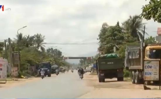 Xe tải 'án binh bất động' đối phó với trạm cân