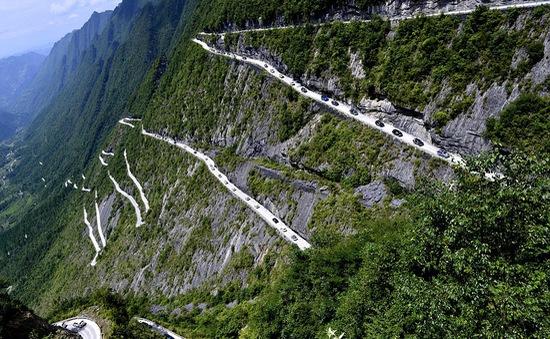 """Trung Quốc: """"Đường lên trời"""" cheo leo hút khách du lịch"""