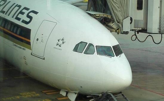 Máy bay Singapore Airlines gãy càng trên đường băng