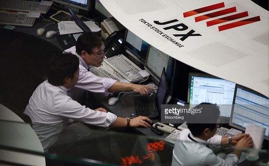 Chứng khoán Nhật  Bản giảm mạnh sau quyết định của BOJ