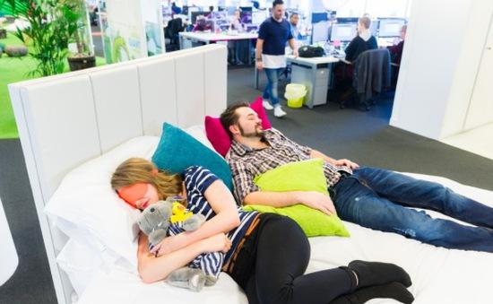 Nhiều công ty Trung Quốc bố trí giường ngủ tại cơ quan cho nhân viên
