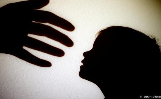 Mẹ kế bạo hành, bé gái 8 tuổi bị thương tích hơn 11%