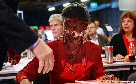Nữ chính trị gia của Đức bị tấn công bằng bánh ngọt