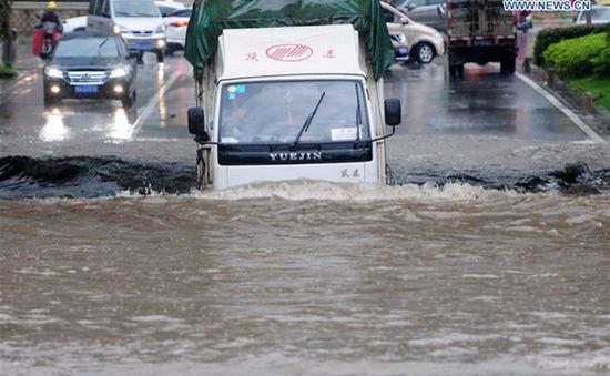 Trung Quốc: Giải cứu hơn 40 người mắc kẹt trong ô tô do ngập lụt