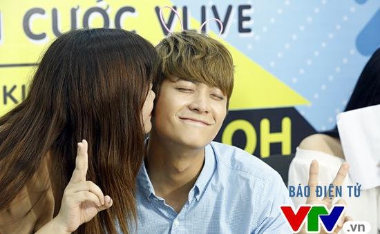 Vắng Nhã Phương, Kang Tae Oh bị fan cưỡng hôn tại Hà Nội
