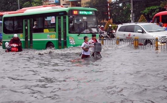 Cửa ngõ sân bay Tân Sơn Nhất lại ngập sâu sau mưa lớn