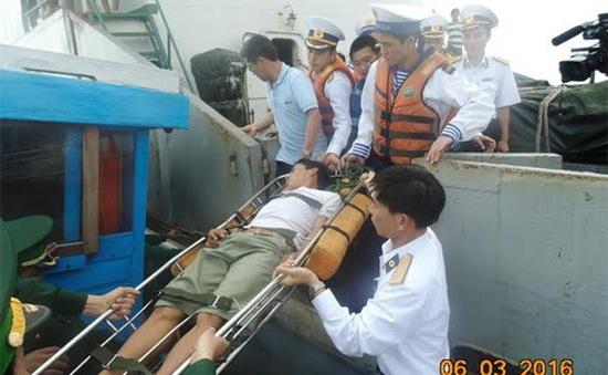 Đưa ngư dân bị bệnh về đảo Lý Sơn điều trị kịp thời