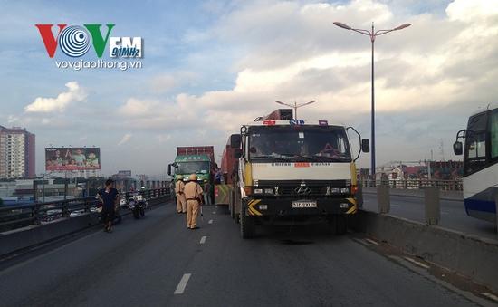 Cầu vượt Thủ Đức tê liệt vì va chạm giao thông