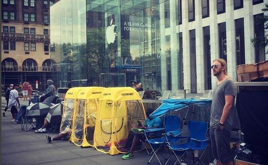 Chờ mua iPhone 7: Vẫn xếp hàng từ sớm nhưng kém đông hơn trước