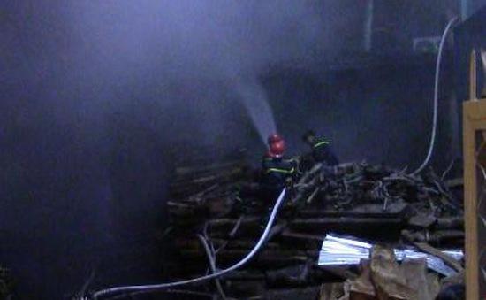 Bình Dương: Xưởng gỗ cháy lớn, cả khu phố náo loạn