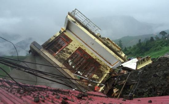 Sạt lở núi tại Lào Cai, 4 căn nhà bị sập