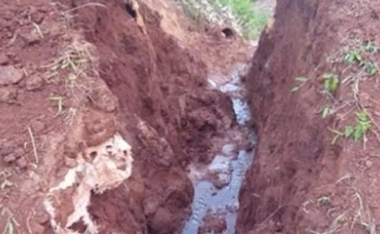 Sụt đất khi đang đào cống vùi lấp 5 người, 2 người tử vong