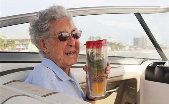 Cụ bà 90 tuổi từ chối điều trị ung thư để chu du thế giới