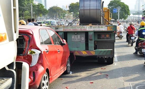 TPHCM: 3 ô tô tông nhau trên cầu Khánh Hội, giao thông ùn ứ kéo dài