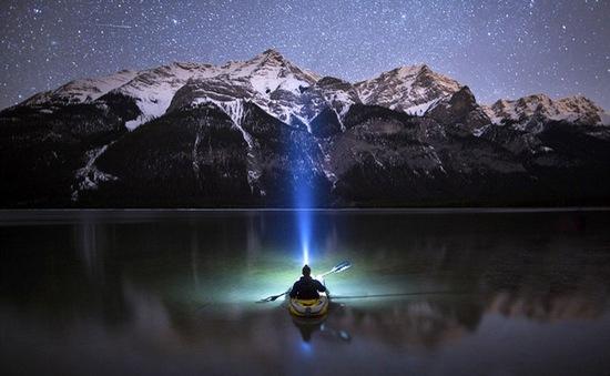 Khoảnh khắc chèo thuyền kayak dưới bầu trời đầy sao ở Bắc Mỹ
