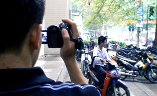 Nhiều người dân quay clip giao thông đưa lên mạng