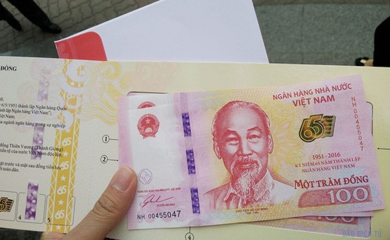 Người dân hào hứng xếp hàng mua tiền lưu niệm 100 đồng