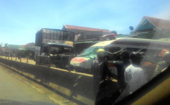 Xe cứu thương va chạm mạnh với xe tải trên QL1A, 2 lái xe bị thương nặng