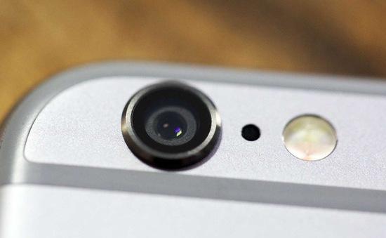 Lỗ nhỏ cạnh camera sau của iPhone có tác dụng gì?