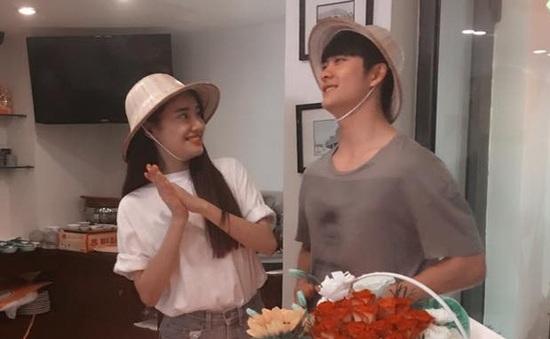 Nhã Phương nhìn Kang Tae Oh âu yếm trong ngày sinh nhật