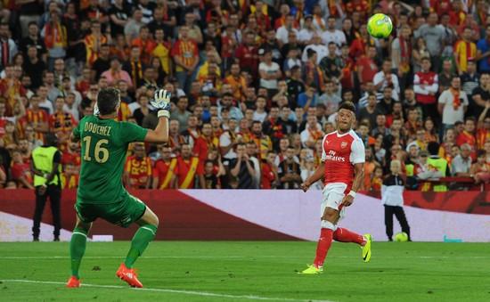 VIDEO: Chamberlain dứt điểm xuất thần, Arsenal thoát thua trước RC Lens