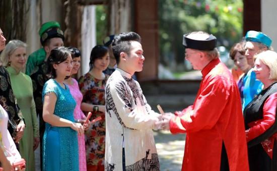 Đại sứ Canada mặc áo dài hát quan họ cùng ca sĩ Tùng Dương