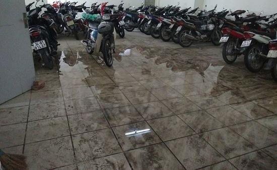 Vụ bục bể nước chung cư: Người dân khắng định do bể nứt