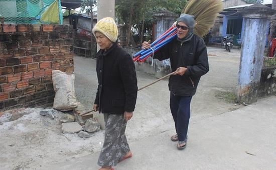 Cặp vợ chồng già hơn 80 tuổi mưu sinh bằng nghề bán chổi