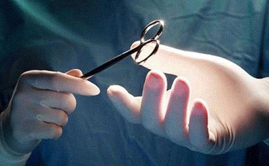 Nghệ An đình chỉ bác sĩ mổ nhầm tay cho bệnh nhi 6 tuổi