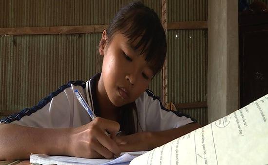 Cô bé vượt lên cuộc sống khó khăn với niềm đam mê học tập