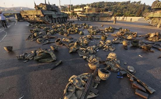 """Đảo chính ở Thổ Nhĩ Kỳ kết thúc, """"vết đen"""" vẫn còn trên đường phố"""