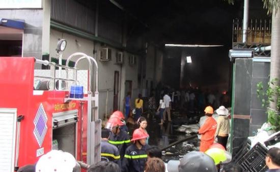 Bình Dương: Cháy lớn làm đổ sập cơ sở ve chai
