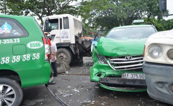 TP.HCM: Xe mất lái tông hàng loạt phương tiện