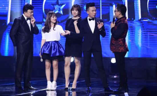 Hari Won miễn cưỡng nhìn tình địch nắm tay Trấn Thành