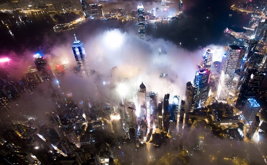 Những tòa cao ốc ở Hong Kong huyền ảo trong màn sương đêm