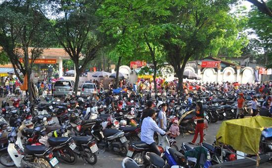 Hà Nội bất lực trong việc chặn các bãi giữ xe tự phát?