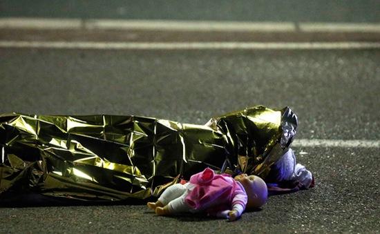 Nhân chứng bàng hoàng kể lại vụ xe tải lao vào người dân Pháp