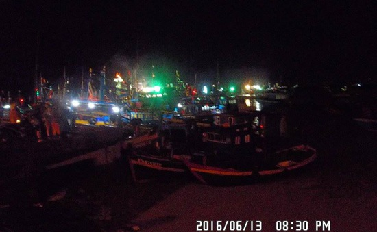 Bình Thuận: Đưa 7 tàu cá bị trôi ra biển vào bờ an toàn