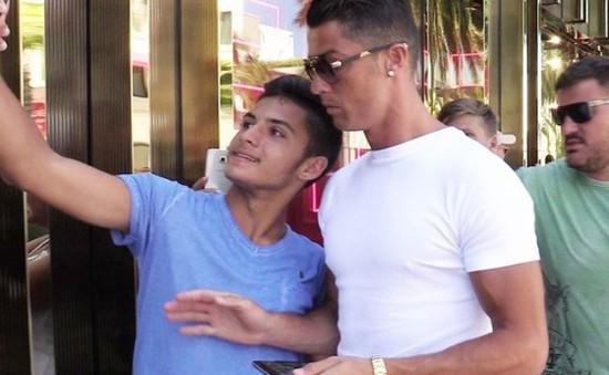 Ronaldo cáu bẳn, xô đẩy fan muốn chụp hình chung