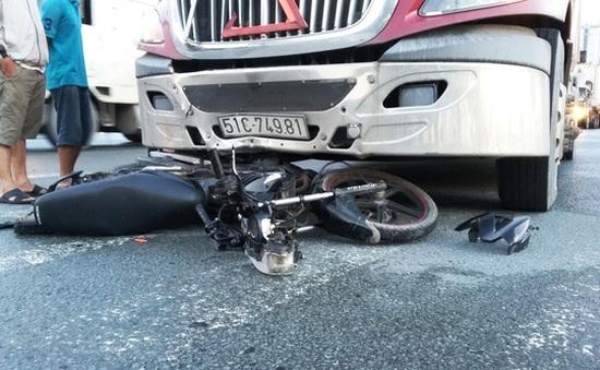 Băng qua giao lộ, nam thanh niên bị xe container tông trọng thương