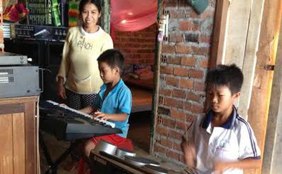 Gặp 2 anh em nghèo chơi nhạc cực đỉnh gây bão cộng đồng mạng