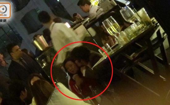 Lee Byung Hun thản nhiên ôm ấp phụ nữ lạ trước mặt vợ