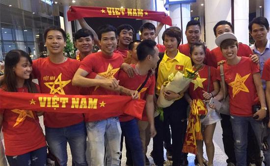 ĐT nữ Việt Nam rơi nước mắt trong vòng tay của người hâm mộ