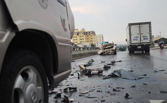 TP.HCM: 3 ô tô tông nhau liên hoàn vì… chiếc mũ bảo hiểm
