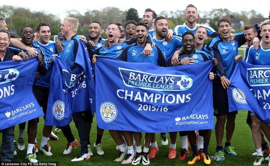 Ông chủ Leicester City hứa thưởng xe Mercedes cho các nhà vô địch