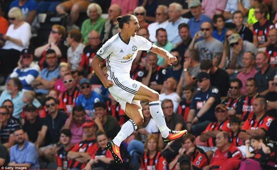 Ibra sút xa hoàn hảo, Man Utd thắng mãn nhãn ngày ra quân
