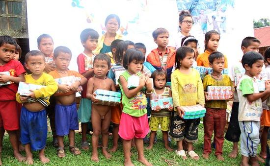 Mang Tết Thiếu nhi sớm đến trẻ em nghèo vùng cao tỉnh Quảng Bình