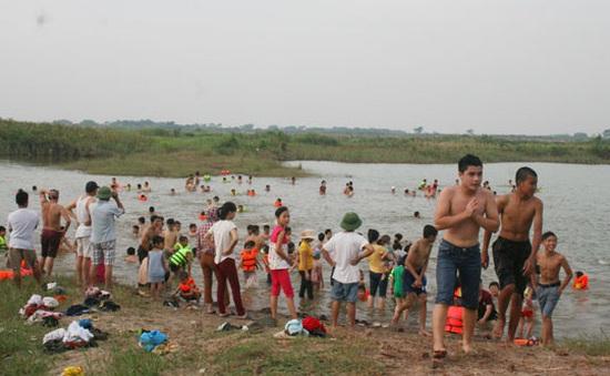 Trẻ em thích thú với bãi tắm tự nhiên ngoại thành Hà Nội