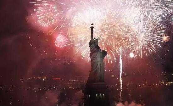 Quốc khánh Mỹ: Bia, pháo hoa, cờ và... hotdog
