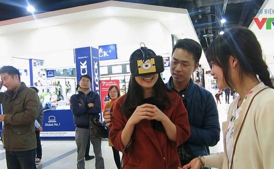 Toát mồ hôi, ngã dúi dụi vì trò chơi 'thực tế ảo' ở Hà Nội